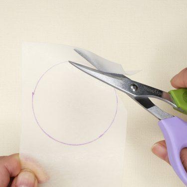 「プラバン」を切るときのハサミの正しい使い方